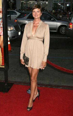 File:Kerri Kenney Steve Los Angeles Premiere y9fZtwsmAeul.jpg