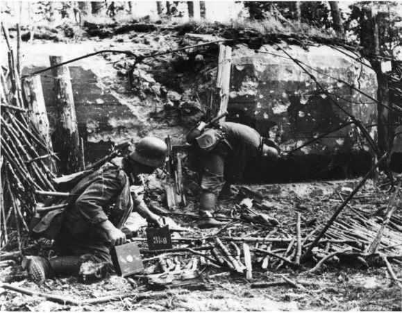 File:German soldiers clearing out a LO vz. 37 Řopík.jpg