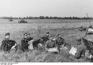 Bundesarchiv Bild 146-1972-045-08, Westfeldzug, Rommel bei Besprechung mit Offizieren