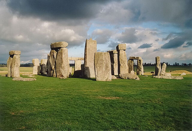 File:800px-Stonehenge back wide.jpg