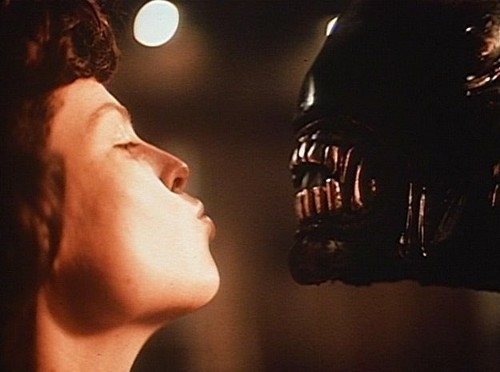 File:Sigourney-weaver-kissing-an-alien-27502-1287837059-6.jpg