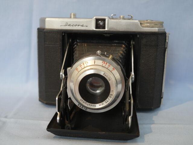 File:Dacora-folding-vintage-camera-9.99-22805-p.jpg