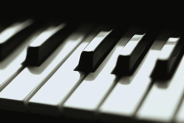File:Piano keys-1-.jpg