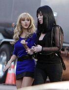 Burlesque-Christina-Aguilera-Cher-Foto-dal-Set-02 mid