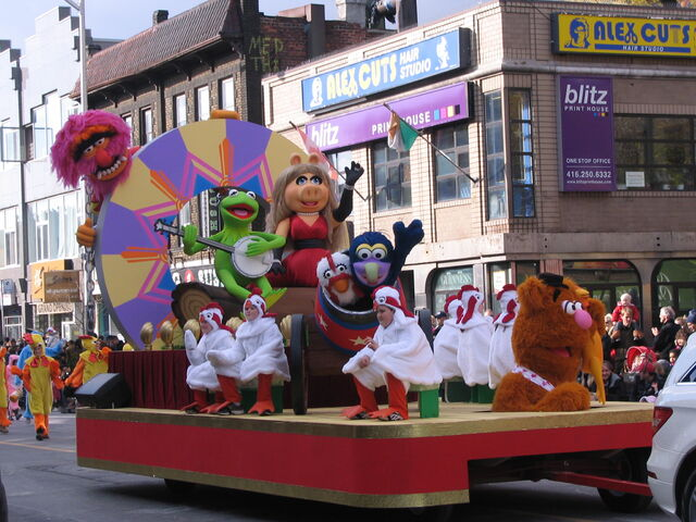 File:2011 Toronto Santa Claus Parade float a.jpg