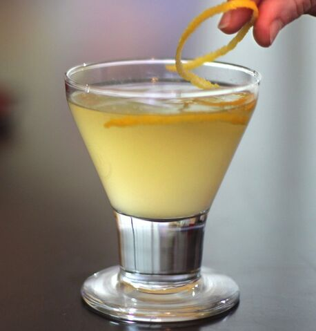File:Champagne-gin-lemon-ginger-cocktail.jpg