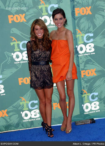 File:Shenae-grimes-and-jessica-stroup-2008-teen-choice-awards-arrivals-y4RM7o.jpg
