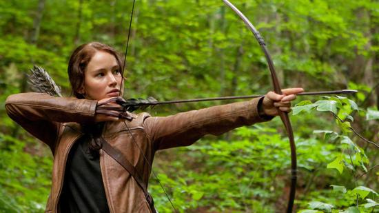 Datei:Katniss mit Bogen.jpg