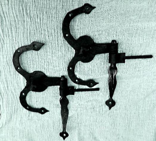 Datei:Barocke Baender und Kloben Tuerenbeschlaege geschmiedet.jpg