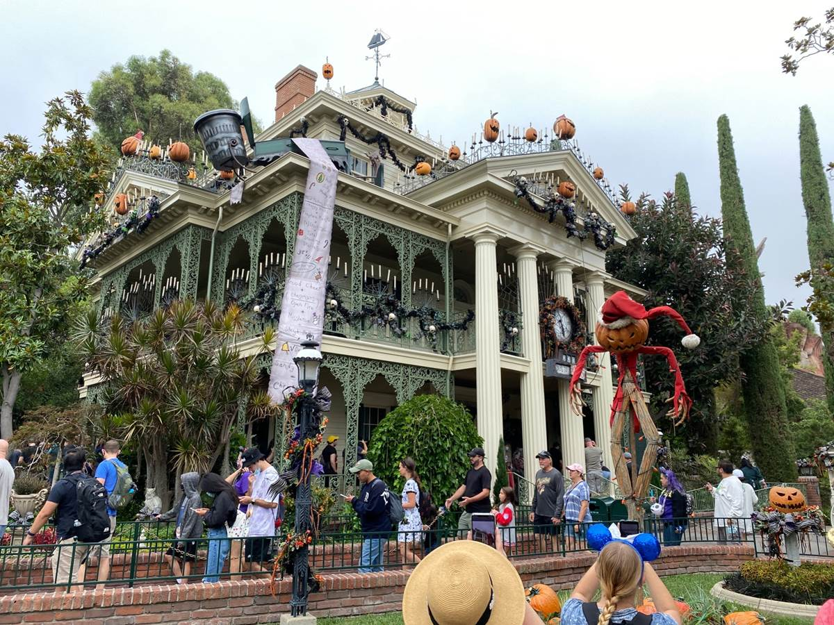File:Haunted Mansion Holiday at Disneyland.jpg