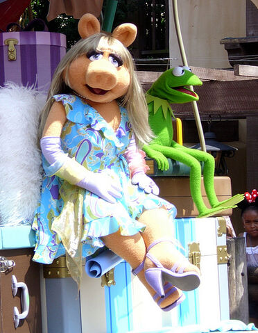 File:Miss Piggy and Kermit.jpg