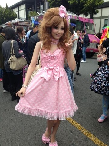 File:Jpopsummit pinkdress.JPG