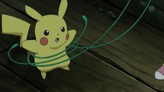 Archivo:EP668 Snivy sujetando a Pikachu.png