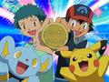 EP559 Ash y Angie con la medalla.png