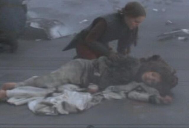 Archivo:Padme tries to save Corde.jpg