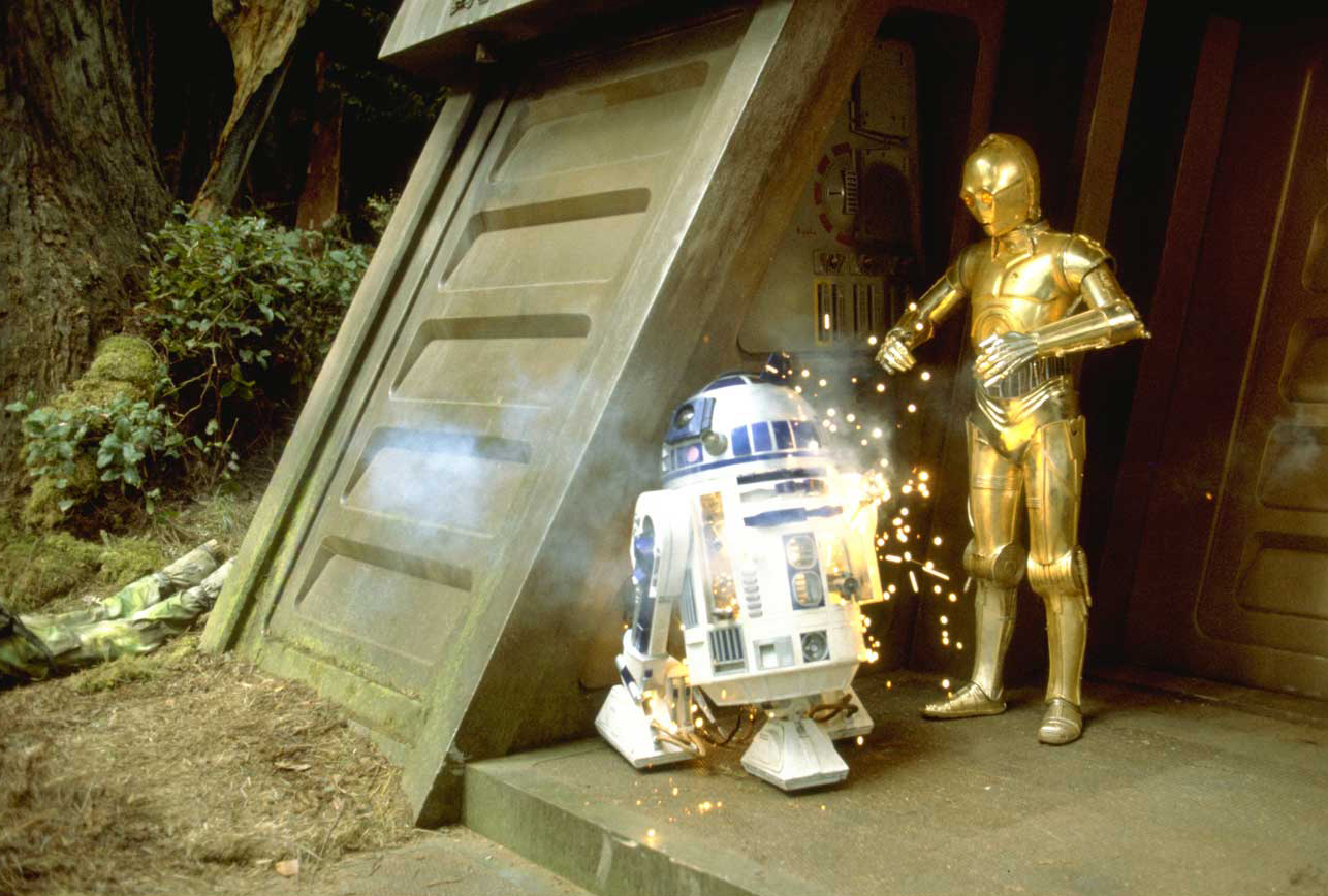 Archivo:Artoo blasted on Endor.jpg
