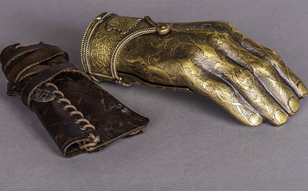 File:Jaime's golden hand behind the scenes.jpg