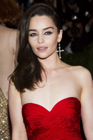 File:EMILIA-CLARKE-at-2013-Met-Gala-in-New-York-5.jpg