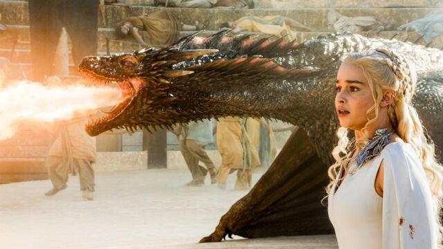 File:DaenerysDrogon-Daznakspit.jpg