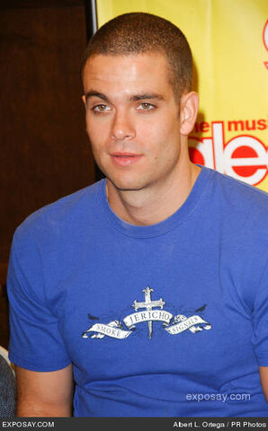 File:Mark-salling-cast-members-foxs-glee-signing-HWKmYo.jpg
