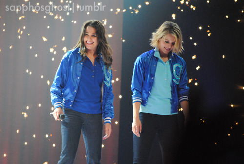 File:Lea-Michele-Dianna-Agron-Boston-Glee-Live-glee-22728900-500-336.jpg