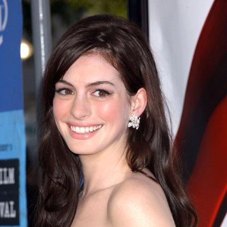 File:Anne-Hathaway-Glee.jpg