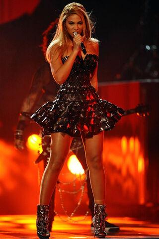 File:Beyonce-performing-3.jpg