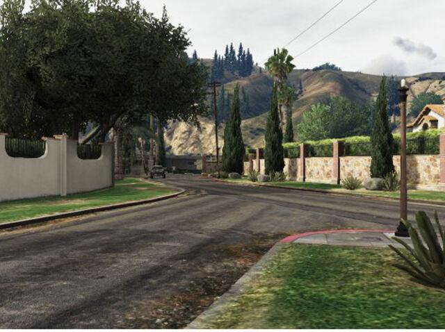 File:LakeVinewoodEstates-Street-GTAV.jpg