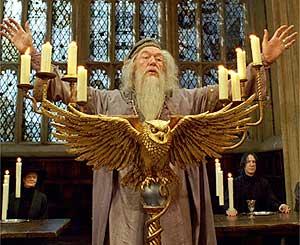 Bestand:Dumbledoregreetsstudents.jpg