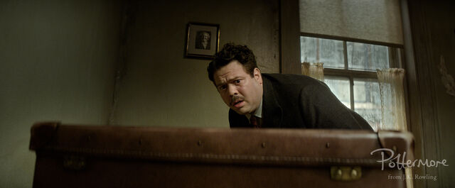 File:Jacob scared of case Fantastic Beasts CC Trailer WM.JPG