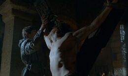 Ramsay tortura a Theon HBO.jpg