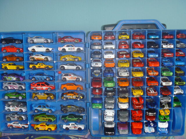 File:Hot Wheels Carry Case 100(Japanese,Korean,British,German,French,Italian and American Cars).JPG