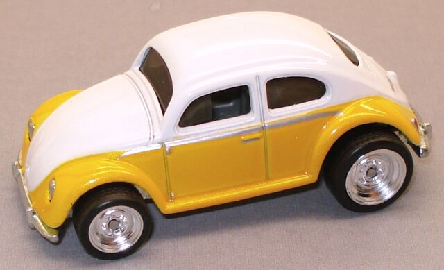 File:VWBug Garage WhiteYellow.JPG