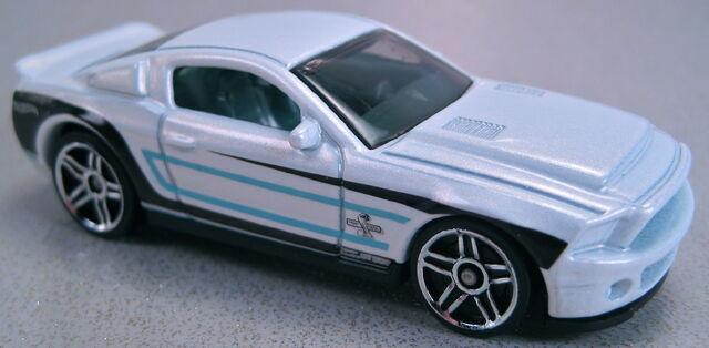 File:'10 Ford Shelby GT500 Supersnake white asphalt assault 2013.JPG
