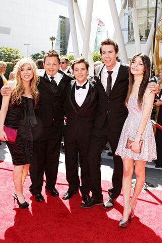 File:Emmys arrivals 101 wenn2968945.jpg