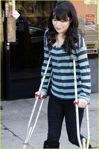 File:Miranda-cosgrove-stripe-shirt-01.jpg