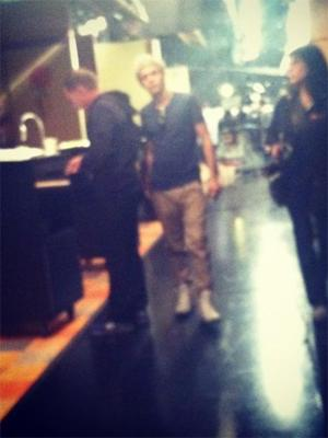 File:One direction set of icarly blurry 03 310112 300x400.jpg