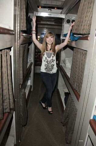 File:Jennette - Look at this!.jpg