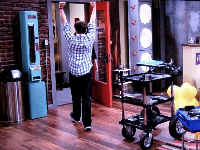 File:IGoodbye fist pump 2.JPG