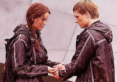 Katniss-and-Peeta-Berries-Scene