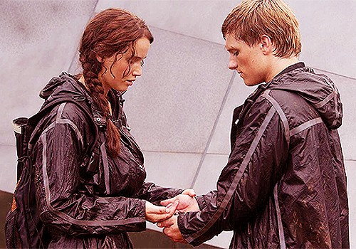 File:Katniss-and-Peeta-Berries-Scene.png