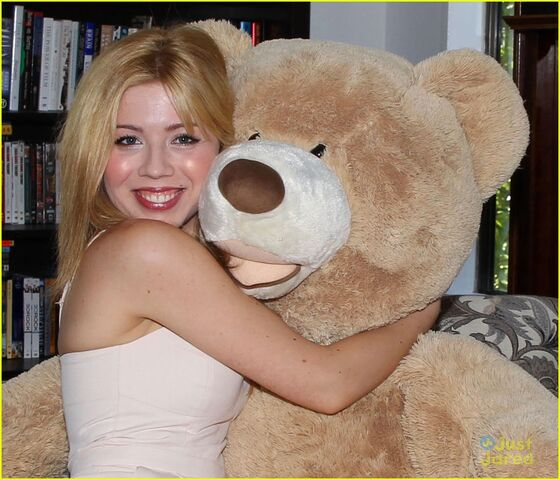 File:Jennette-mccurdy-gives-tour-of-her-new-home-01.jpg