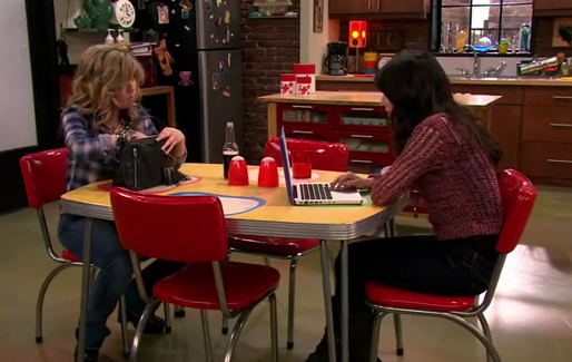 File:ICarly-iPear-Store-Episode-1.png