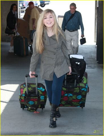 File:Jennette-mccurdy-lax-luggage-01.jpg