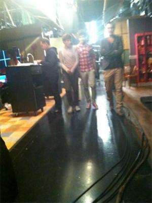 File:One direction set of icarly blurry 01 310112 300x400.jpg