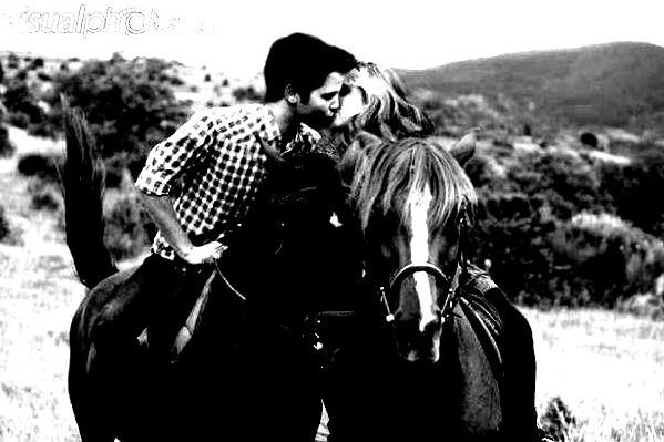 File:Seddie on Horses kissing Twilight.jpg