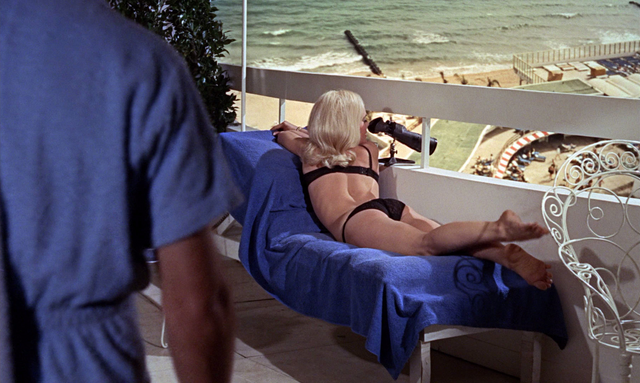 File:Jill on the balcony (Goldfinger).png