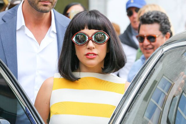 File:5-4-15 Leaving her apartment in NYC 001.jpg