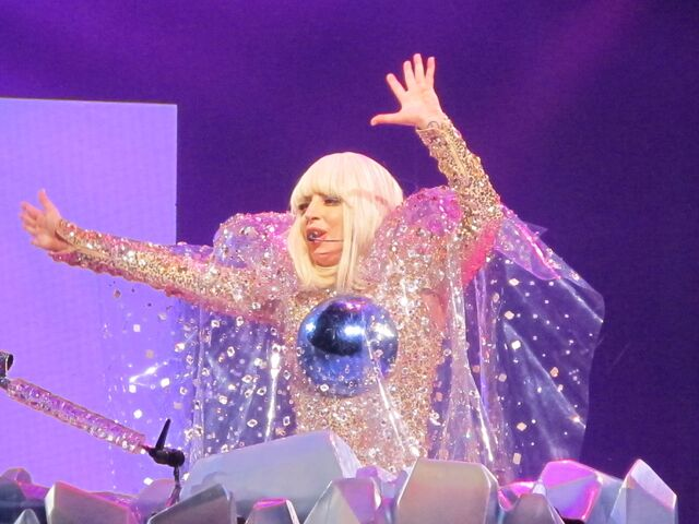 File:5-12-14 Fashion! artRAVE The ARTPOP Ball 002.jpg