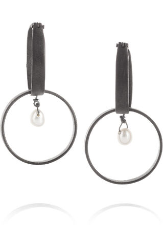 File:Inez and Vinoodh - Oxidized silver pearl earrings.jpg